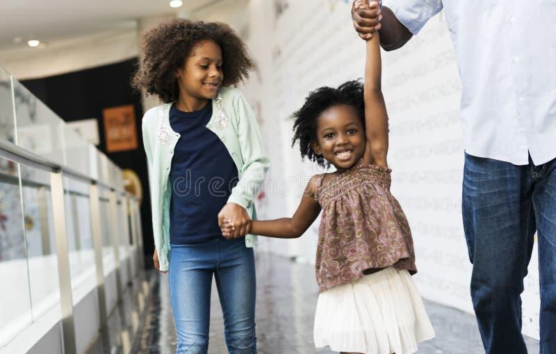 El hacer compras que va de la familia africana junto imagen de archivo