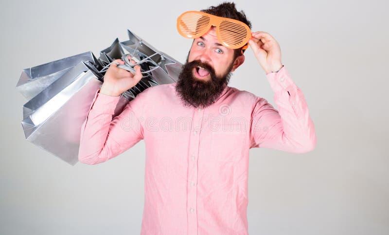 El hacer compras el viernes negro Compras felices con las bolsas de papel del manojo Reparto provechoso Consumidor adicto que hac fotos de archivo libres de regalías