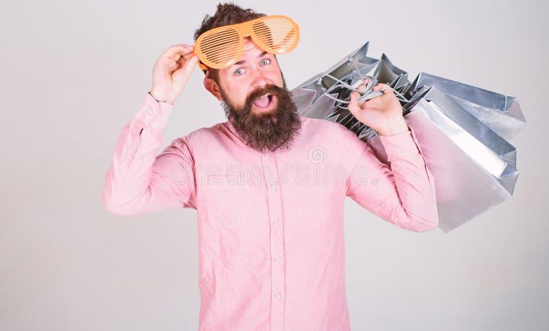 El hacer compras el viernes negro Compras felices con las bolsas de papel del manojo Reparto provechoso Consumidor adicto que hac foto de archivo