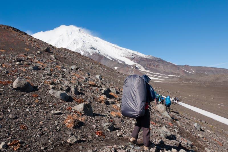 El hacer excursionismo en la península de Kamchatka Koryakskaya Sopka foto de archivo libre de regalías