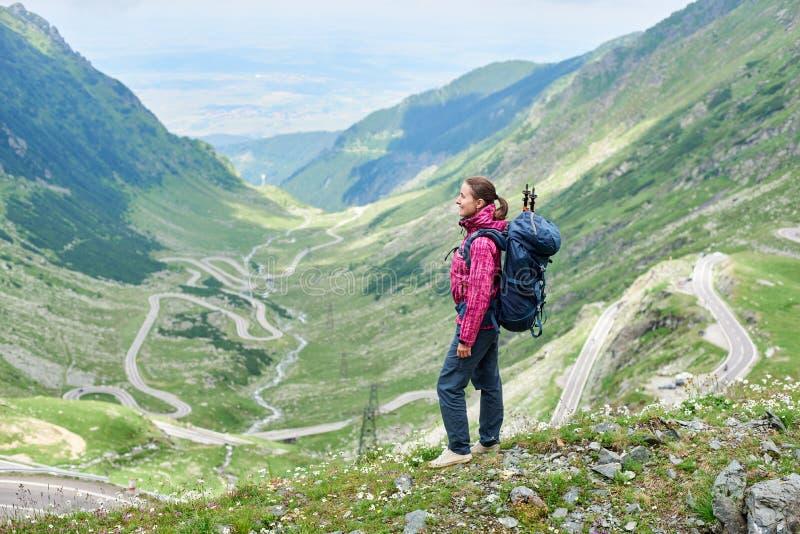 El hacer excursionismo en paisaje del camino de Rumania Transfagarasan imagenes de archivo