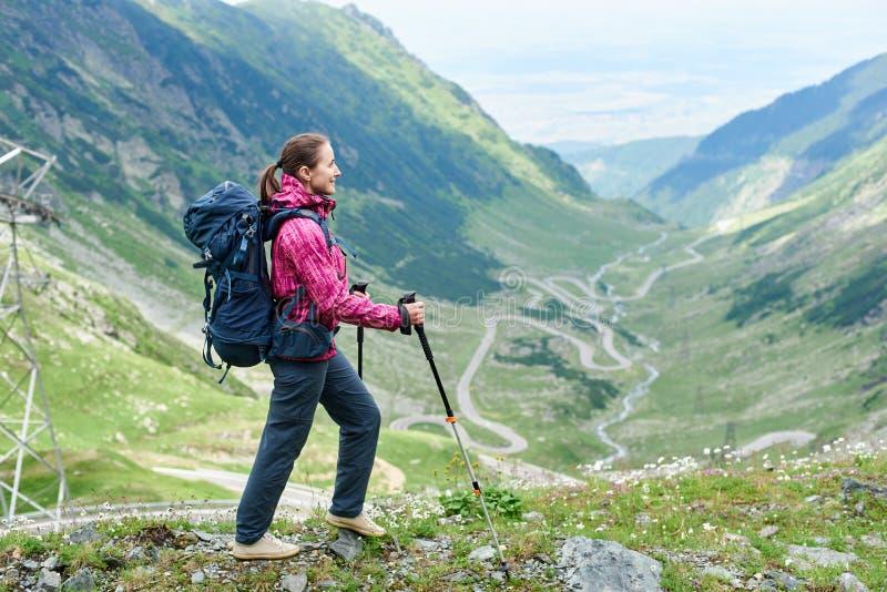 El hacer excursionismo en paisaje del camino de Rumania Transfagarasan imagen de archivo