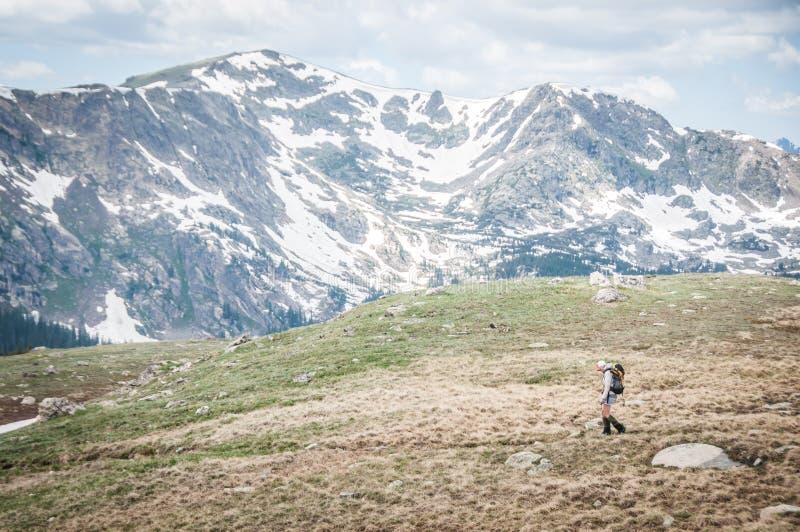 El hacer excursionismo femenino foto de archivo