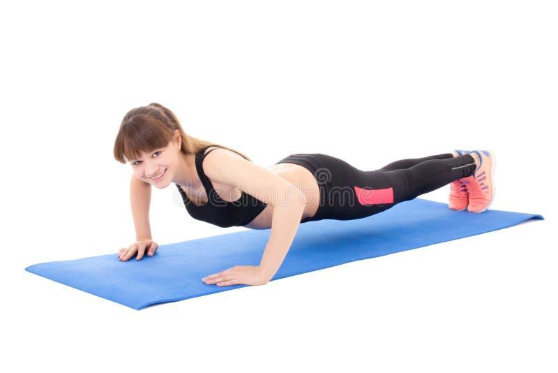 El hacer hermoso joven de la mujer empuja hacia arriba el ejercicio aislado en blanco fotos de archivo libres de regalías