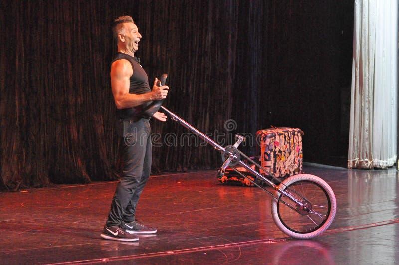 El hacer juegos malabares de la comedia y acto del unicycle fotos de archivo