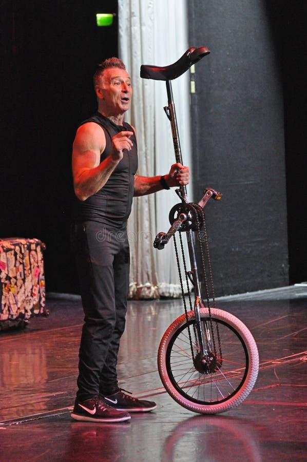 El hacer juegos malabares de la comedia y acto del unicycle fotografía de archivo libre de regalías