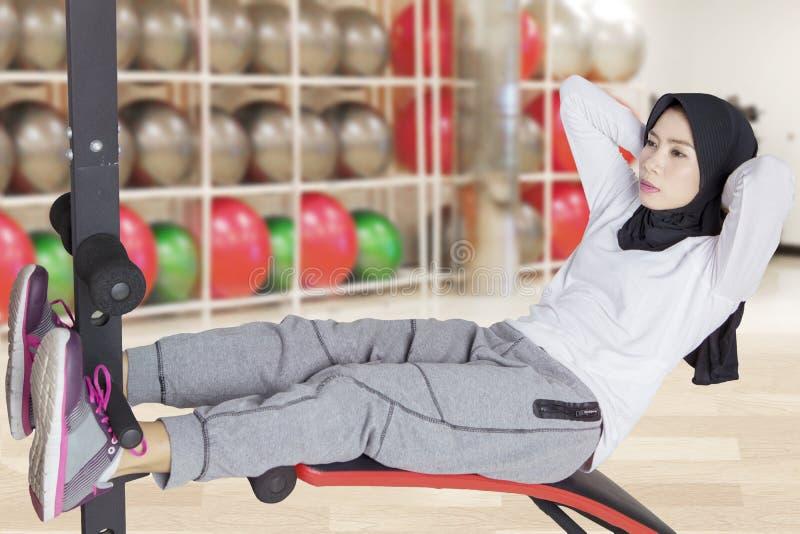 El hacer musulmán de la mujer se incorpora en el gimnasio imagen de archivo libre de regalías