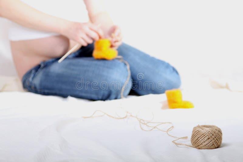 El hacer punto de la mujer embarazada foto de archivo libre de regalías