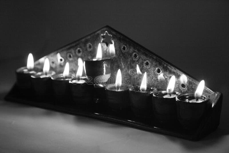 El hanukiah de cerámica se encendió con 4 velas y shamash en b foto de archivo libre de regalías