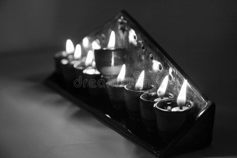 El hanukiah de cerámica se encendió con 4 velas y shamash en b fotografía de archivo