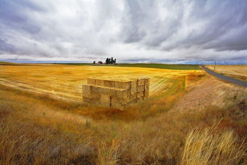 El haystack grande en un otoño imagenes de archivo
