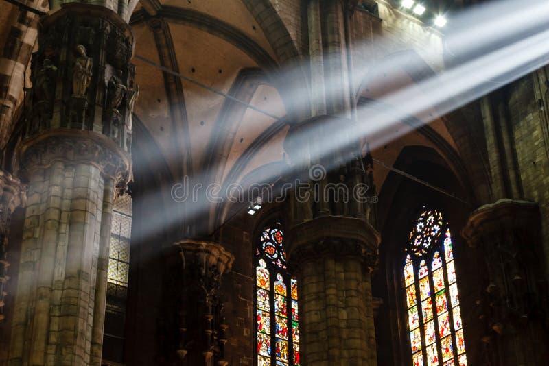 El haz de luz brillante dentro de la catedral de Milano fotografía de archivo