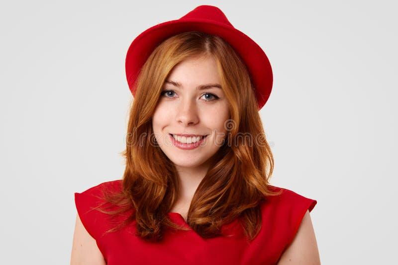 El Headshot de la señora magnífica adorable con compone, piel pecosa, vestida en la ropa roja elegante, yendo a tener reunión, la fotografía de archivo