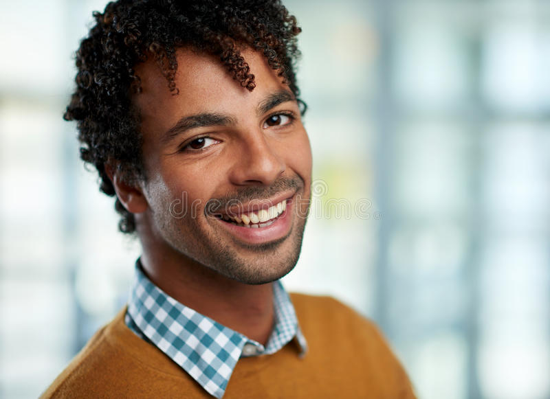 El headshot horizontal de un hombre de negocios afroamericano atractivo tiró con el campo de la profundidad baja foto de archivo