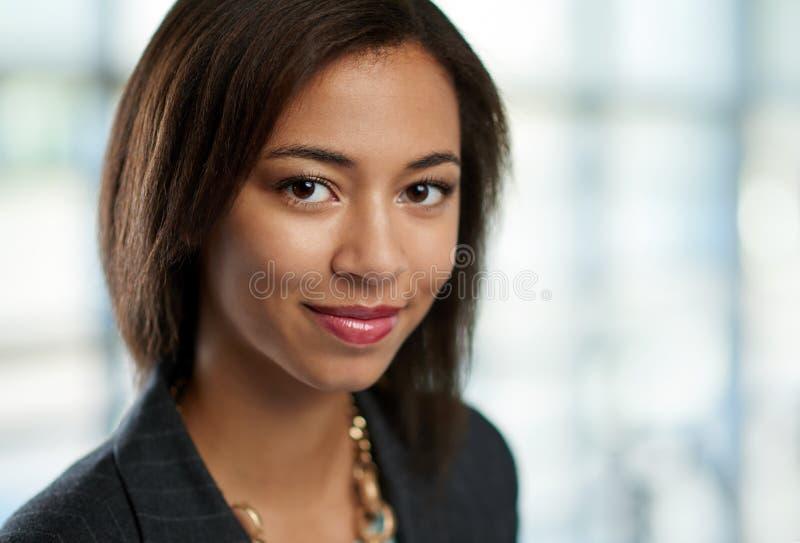 El headshot horizontal de una mujer de negocios afroamericana atractiva tiró con el campo de la profundidad baja fotografía de archivo libre de regalías