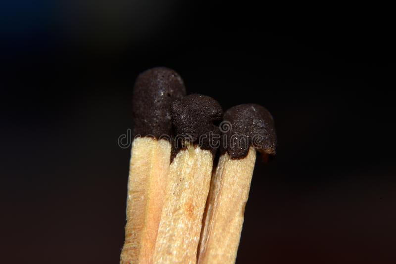El hedor del fuego, hecho del azufre líquido marrón de madera y del azufre líquido foto de archivo
