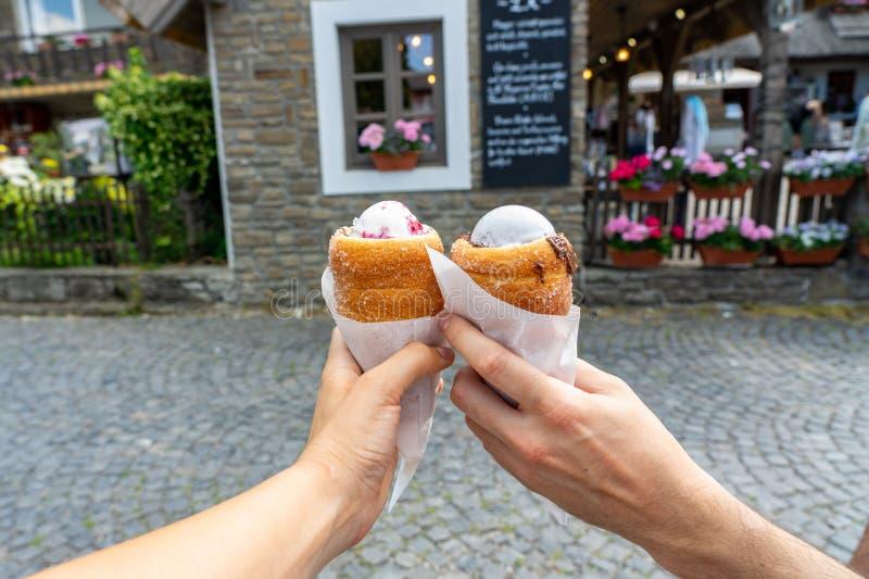 El helado cuchareado llenó la torta de la chimenea, postre dulce tradicional en trdelnik medio de los kurtoskalacs de Europa en t imagen de archivo libre de regalías