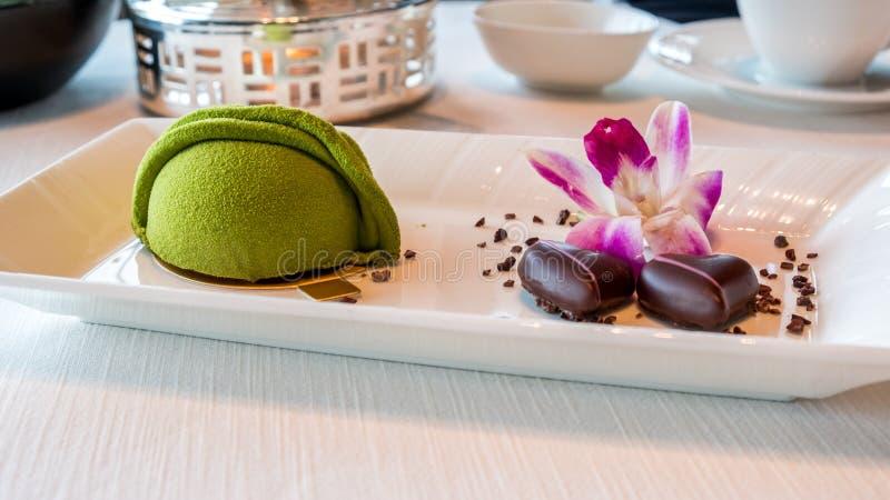 El helado del té verde con el chocolate sirvió por el plato foto de archivo