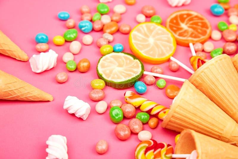 El helado se enrolla los conos con el caramelo colorido fotografía de archivo libre de regalías