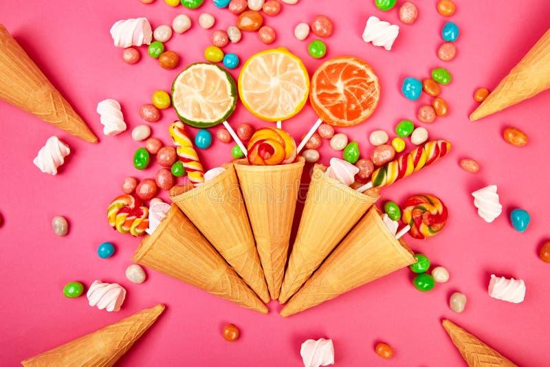 El helado se enrolla los conos con el caramelo colorido imágenes de archivo libres de regalías