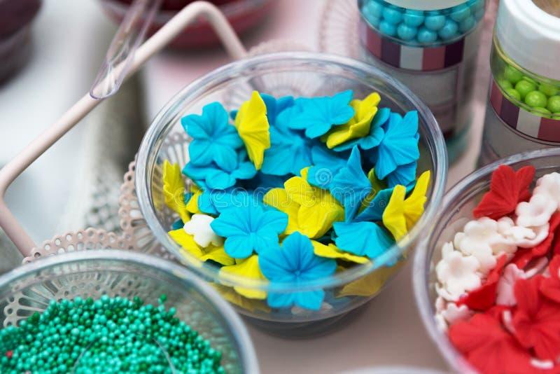 El helado y las magdalenas asperjan no los desmoches y las decoraciones del pareil imagen de archivo libre de regalías