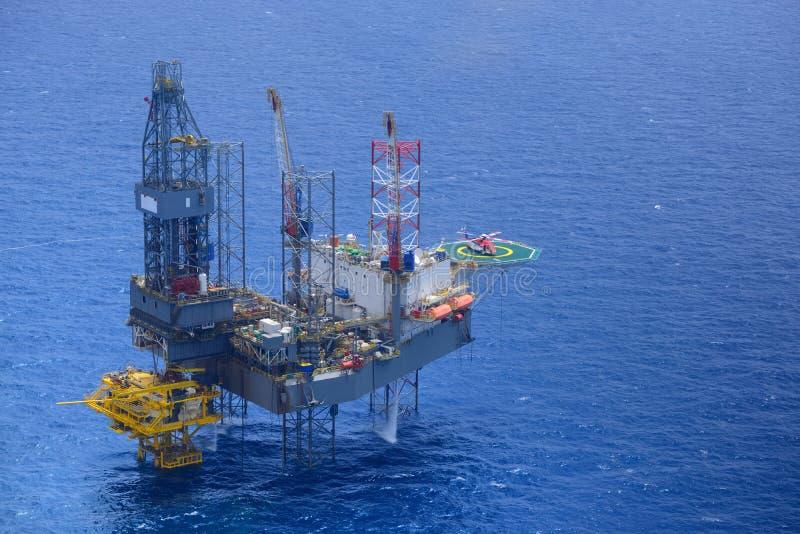 El helicóptero coge al pasajero en la plataforma petrolera costera. imagen de archivo libre de regalías