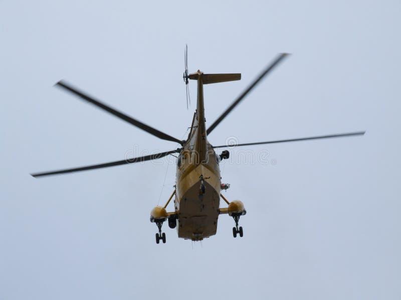 El helicóptero de Seaking, militar busca y rescata en el campo de aviación foto de archivo