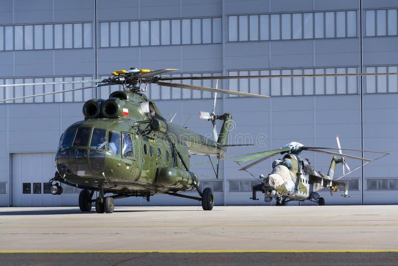 El helicóptero polaco de Mi-8T se prepara para el comienzo fotos de archivo