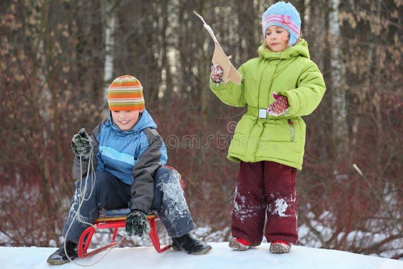 El hermano y la hermana piensan el mecanismo impulsor de la colina imagen de archivo libre de regalías