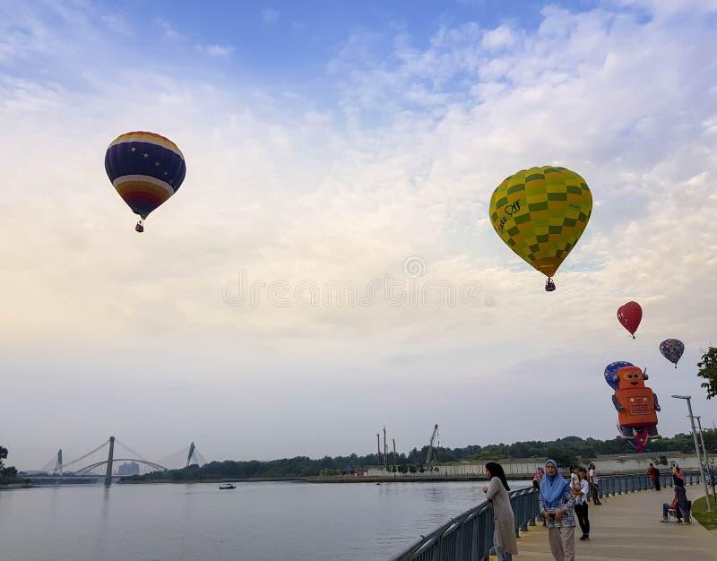 El hermoso de multi formada de los globos del aire caliente que flotan sobre los cielos de la salida del sol en el 10mo globo int imágenes de archivo libres de regalías