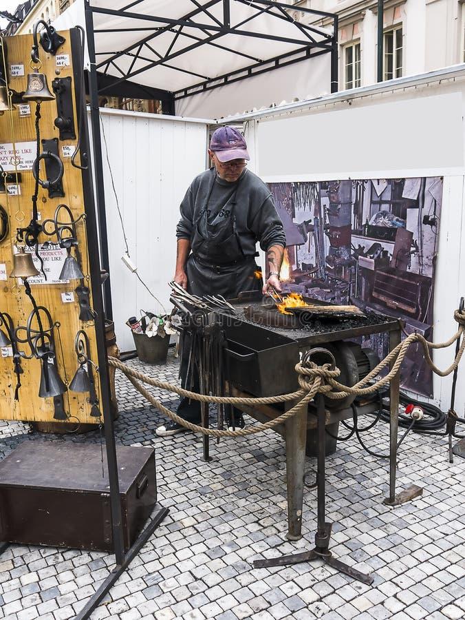 El herrero exhibe sus habilidades en Praga el capital de la Rep?blica Checa imágenes de archivo libres de regalías