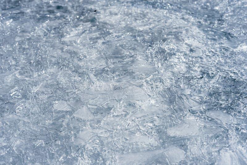 El hielo agrietado en un lago imagenes de archivo
