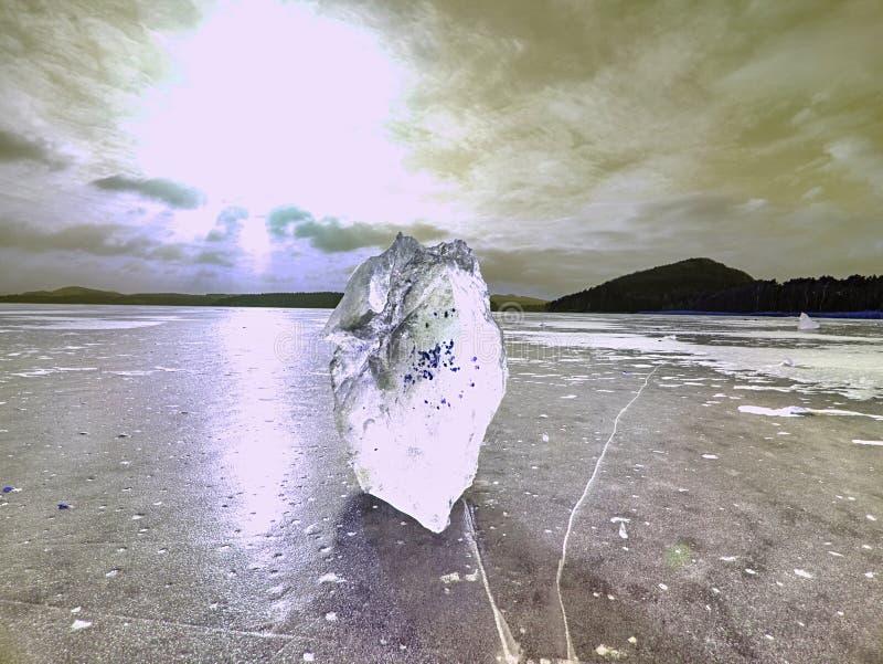 El hielo cubrió el lago Grietas grandes en la masa de hielo flotante de hielo y la reflexión de Sun fotografía de archivo