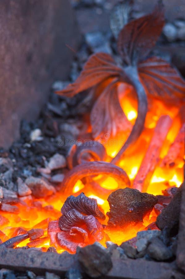 el hierro único hecho a mano de fundición subió en horno de la fragua fotos de archivo libres de regalías