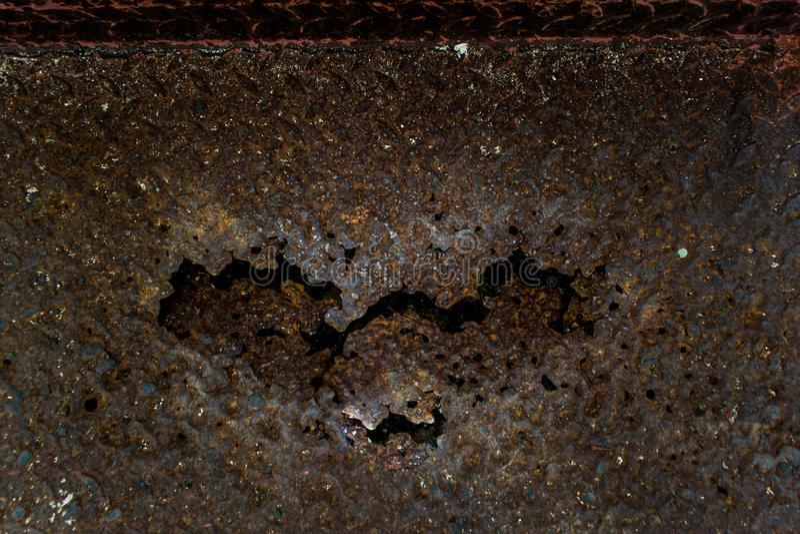 El hierro aherrumbró para arriba, el decaimiento oxidado de acero, el acero aherrumbrado es en forma de corazón foto de archivo libre de regalías