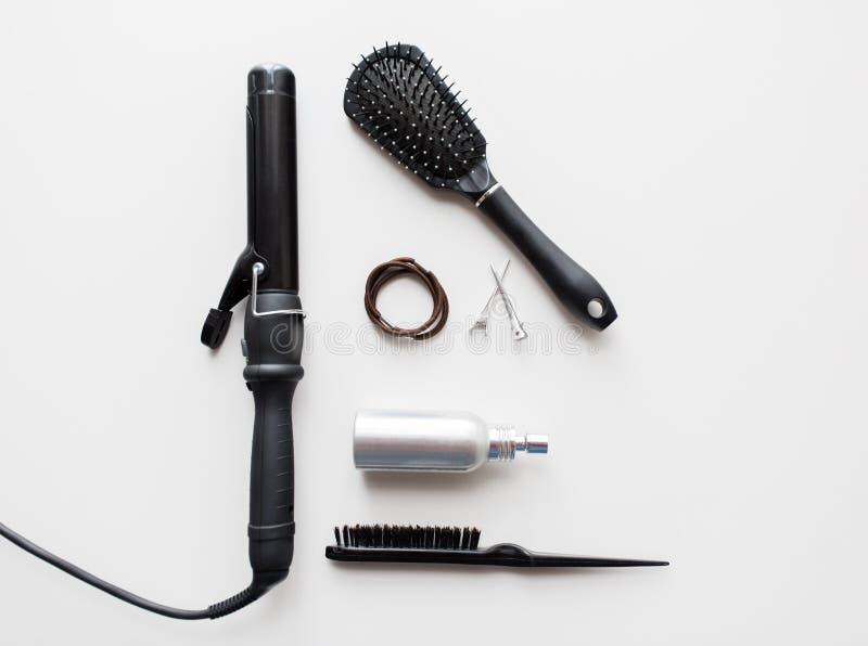 El hierro, cepillos, diseñando castra, los lazos del pelo y los pernos imagen de archivo