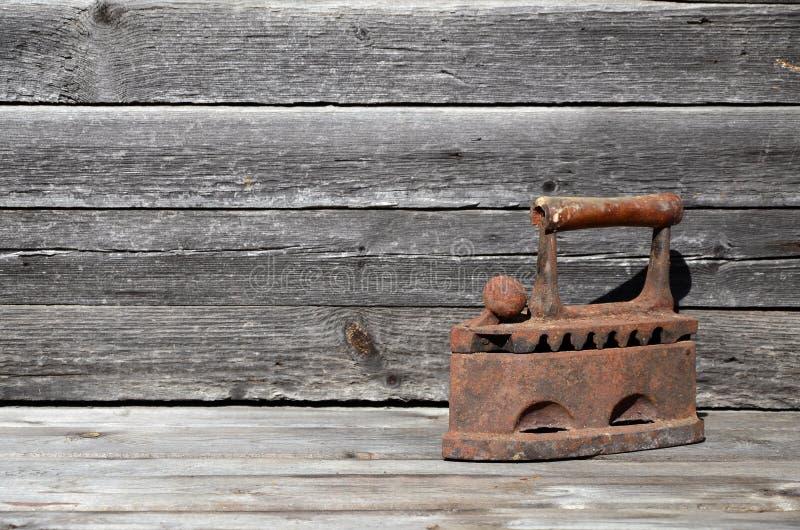 El hierro viejo pesado y oxidado del carbón miente en una superficie de madera imagen de archivo libre de regalías