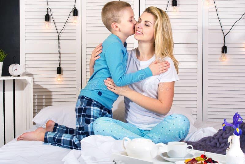 El hijo traer para el desayuno de la madre en cama Un buen comienzo al día Día del `s de la madre Día del ` s de la mujer imágenes de archivo libres de regalías