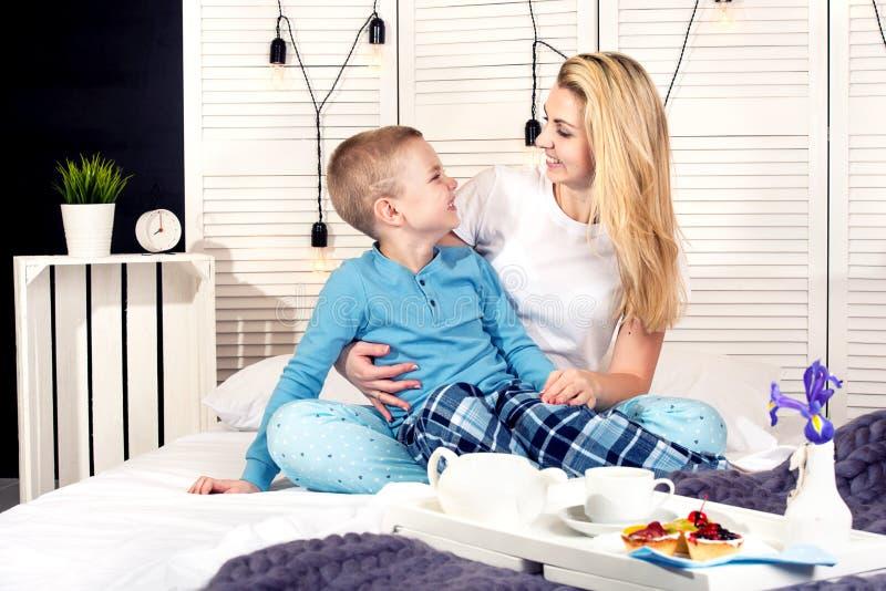 El hijo trajo para el desayuno de la madre en cama Un buen comienzo al día Día del `s de la madre Día del ` s de la mujer imagenes de archivo