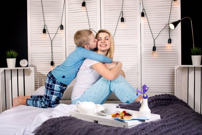 El hijo trajo para el desayuno de la madre en cama Un buen comienzo al día Día del `s de la madre Día del ` s de la mujer foto de archivo libre de regalías