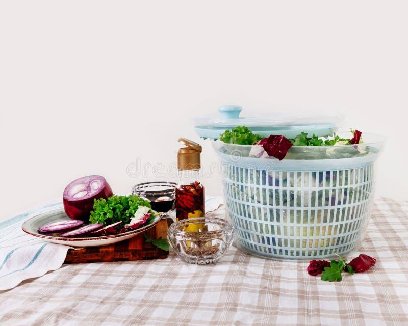 El hilandero de la col de la tabla verde de los verdes deja a cebollas el pepp del pimiento picante imagen de archivo libre de regalías