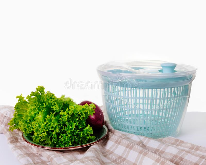 El hilandero de la col de la tabla verde de los verdes deja cebollas que los salchichones del pimiento picante engrasan el drushl fotos de archivo