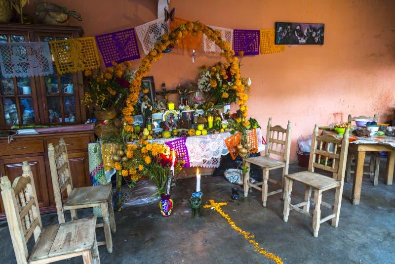 El hogar altera durante Dia de Muertos foto de archivo libre de regalías