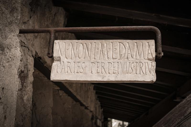 El hogar antiguo firma adentro la ciudad histórica de Pompeya fotos de archivo