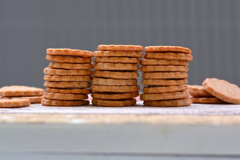 El hogar coció las galletas selfmade de la invitación del perro apiladas en fila fotos de archivo