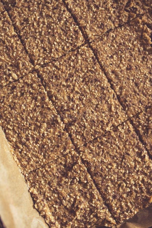 El hogar coció el pan quebradizo en la bandeja del horno imagen de archivo libre de regalías