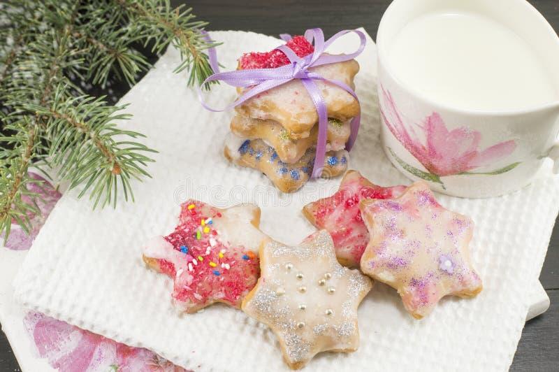 El hogar coció y adornó las galletas de la Navidad y el vidrio de leche imagen de archivo