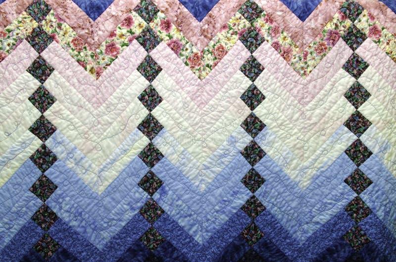 El hogar hizo el edredón del país en remiendo azul y rosado fotos de archivo libres de regalías