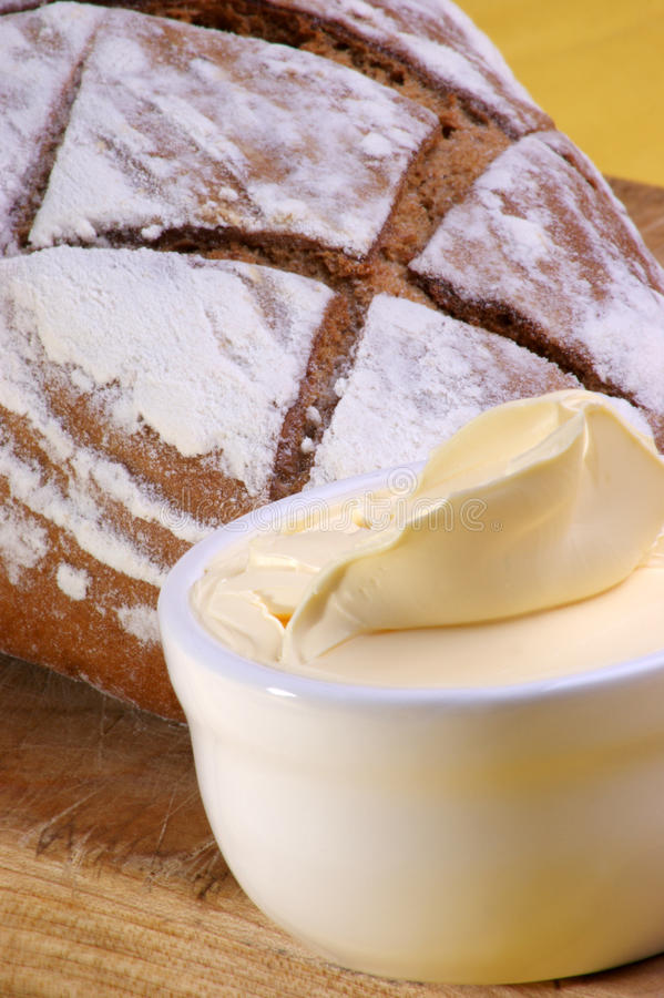el hogar hizo el pan con un poco de mantequilla imagen de archivo