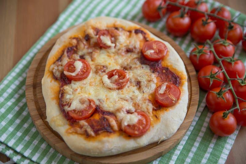 El hogar hizo la pizza imágenes de archivo libres de regalías